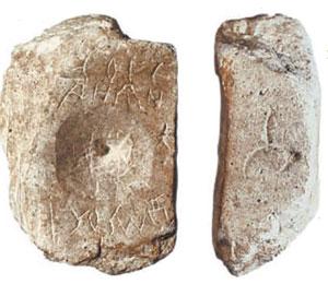 Находки, сделанные во время археологических работ: каменные формы для литья