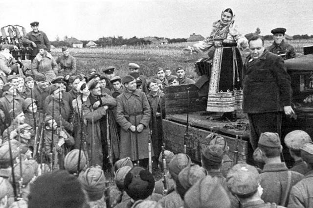 Лидия Русланова на фронтовом концерте. Южный фронт. Справа от неё — Михаил Гаркави, её 3-й муж. 1941 год.