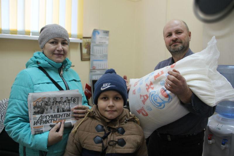 Приз - мешок сахара - Наталье Мишиной вручает обзреватель газеты