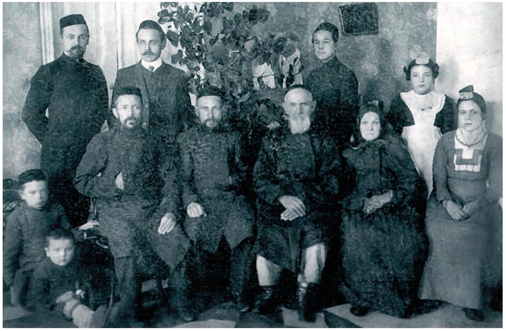 Семья Файзуллиных в 1912 году. Стоят (слева направо): Шакирзян, Муртаза, Мирхайдар, Халима, дочь Мухаметгаряя. Сидят: Мухаметгаряй, Саетгаряй, Ахметгаряй, Мустафа, Зайнаб, Шакира. Дети – Равгат и Фуат, сыновья Шакирзяна.