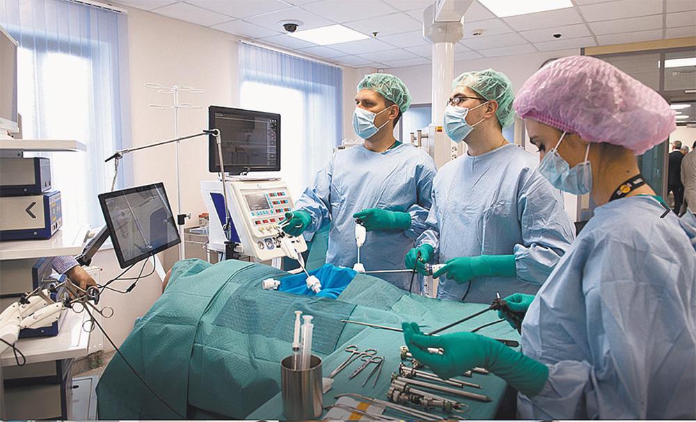 В недавно открытом Медицинском симуляционном центре Боткинской больницы врачи на человекоподобных роботах отрабатывают приёмы оказания первой помощи пациентам в экстремальных условиях.