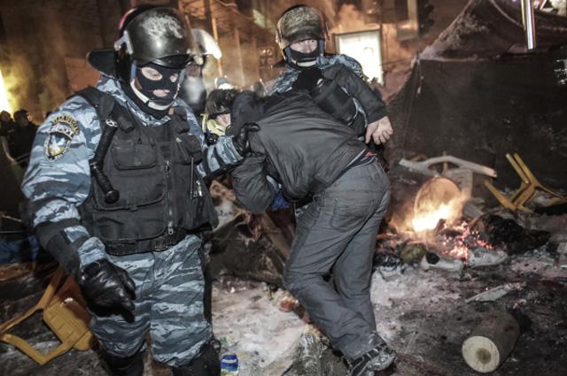 Сотрудники спецподразделения милиции Беркут задерживают сторонника евроинтеграции на площади Независимости в Киеве