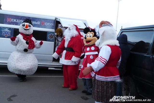 Деды Морозы прибыли на праздничном лимузине.