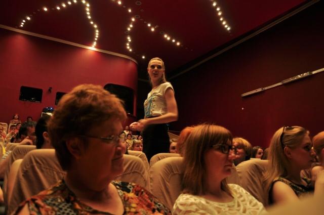 Актёры общаются со зрителями напрямую.