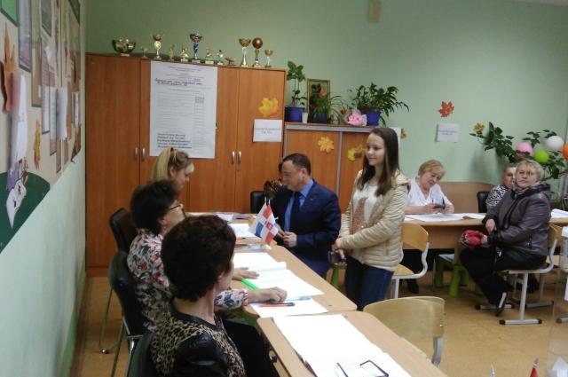 Олег Постников пришёл на выборы с женой и дочкой.