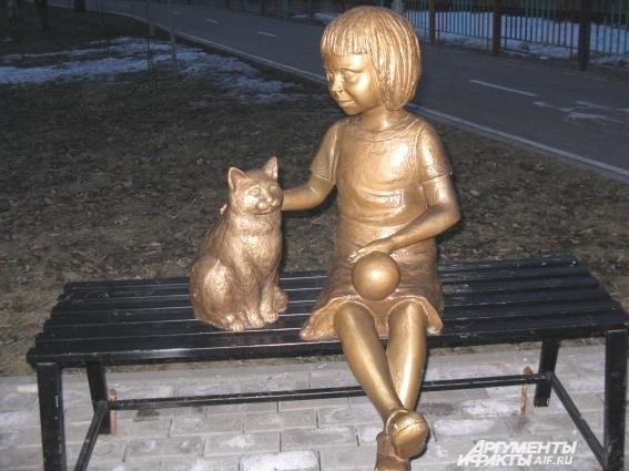 Скульптура девочки с кошкой в парке имени Якутова.