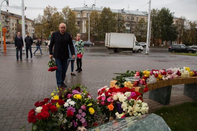 25 сентября губернатор Кемеровской области Сергей Цивилёв принёс цветы к мемориалу, освящённому погибшим посетителям ТРЦ «Зимняя вишня».