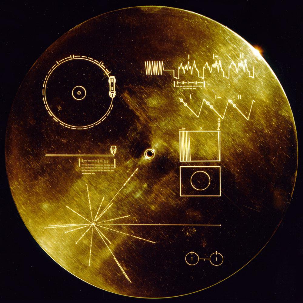 Золотой диск «Вояджера» с информацией о челове- честве и местоположении Солнца в Галактике. Те- перь, если что, инопланетяне нас найдут.