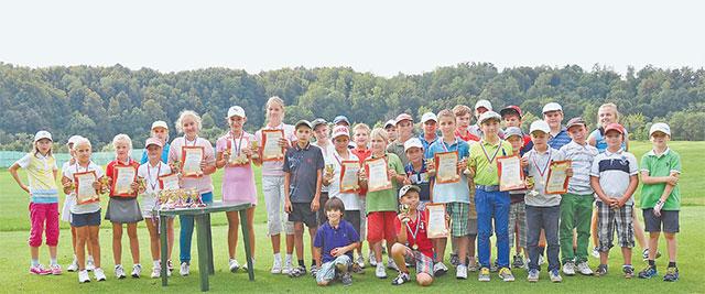 Участники турнира по гольфу после соревнований.