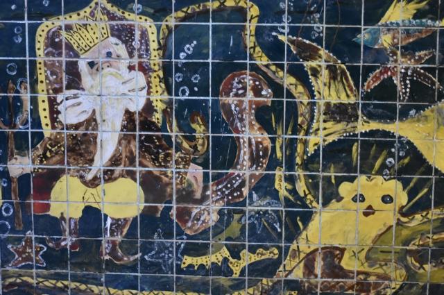 Сюжеты из сказок, исторические события, фрагменты из жизни запечатлены на стенах.