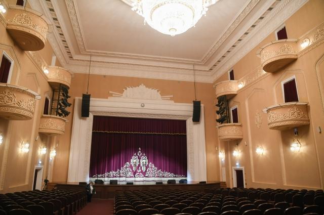 Помещения построенного в 1959 году дворца оформлены уникальными авторскими люстрами и бра, авторской лепниной, выполненной в художественных мастерских Ленинграда.