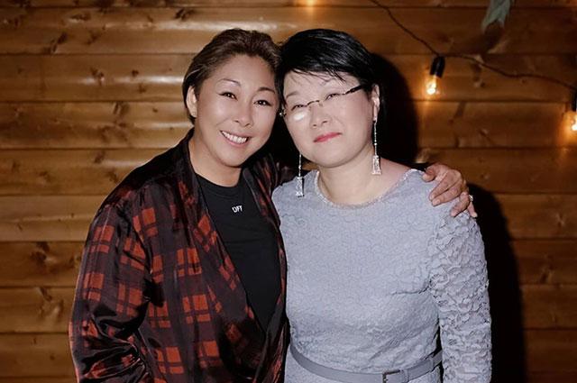 Анита Цой с сестрой.