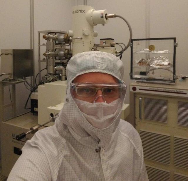 Лаборатория - чистая зона, защитный костюм необходим.