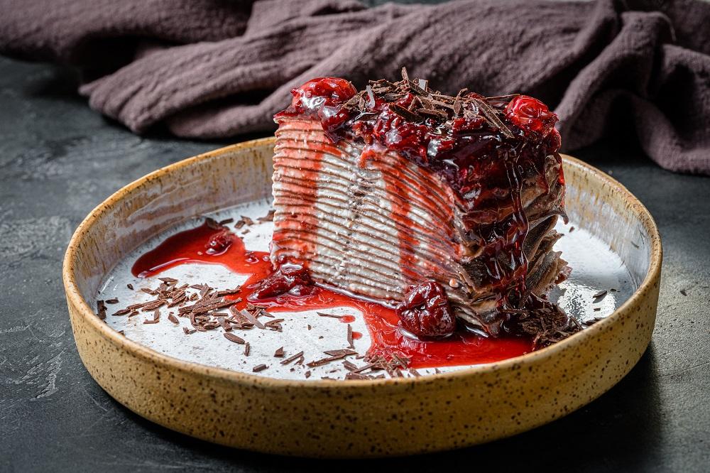 Шоколадный блинный торт с вишневым желе