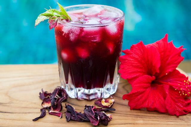 Чай каркаде с пикантной кислинкой делают из цветков гибискуса.