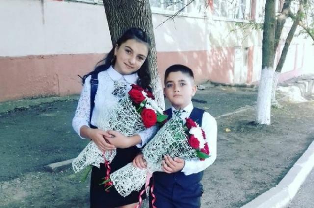 Мелания и Самвел Петросян на школьной линейке
