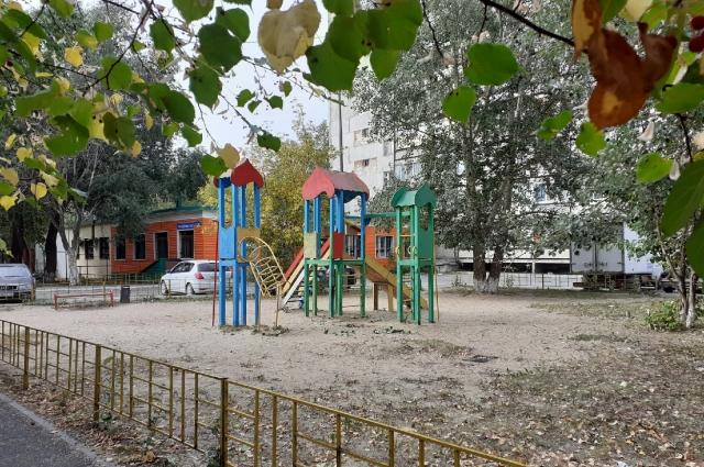 Детская площадка опустела. Обеспокоенные родители не выпускают детей на улицу.