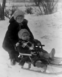 Единственное фото из детства с сестрой Лидой еще до войны.