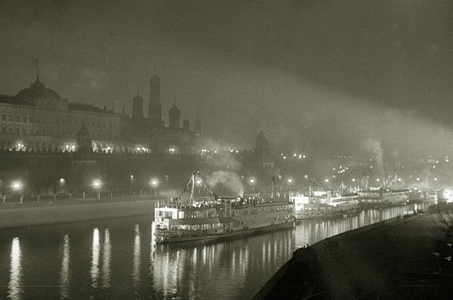 Первые волжские пароходы проплывают мимо стен Московского Кремля. Начало движения судов по каналу Москва Волга. 1937 год