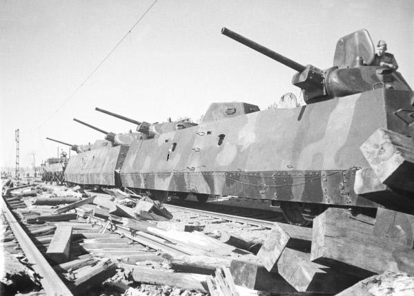 Великая Отечественная война. Бронепоезд Илья Муромец ведет бои за Варшаву