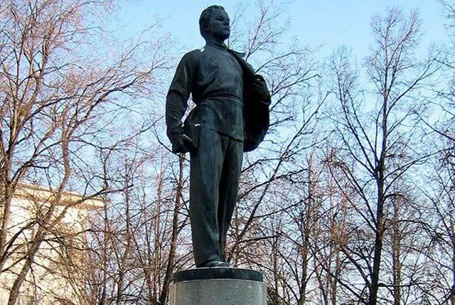 Памятник юному Ульянову у КФУ - единственный в России.