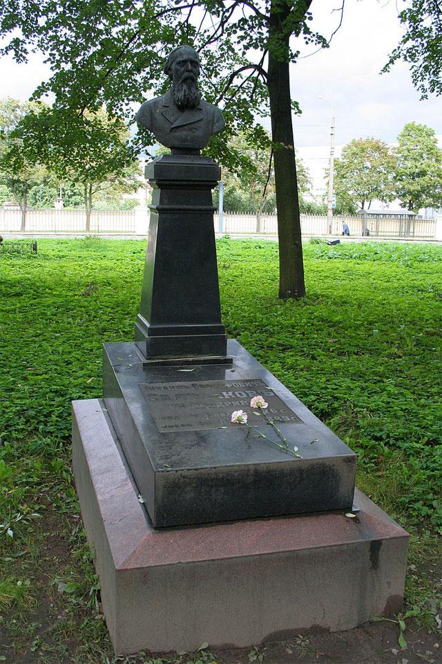 Могила М. Е. Салтыкова-Щедрина на Волковском кладбище.
