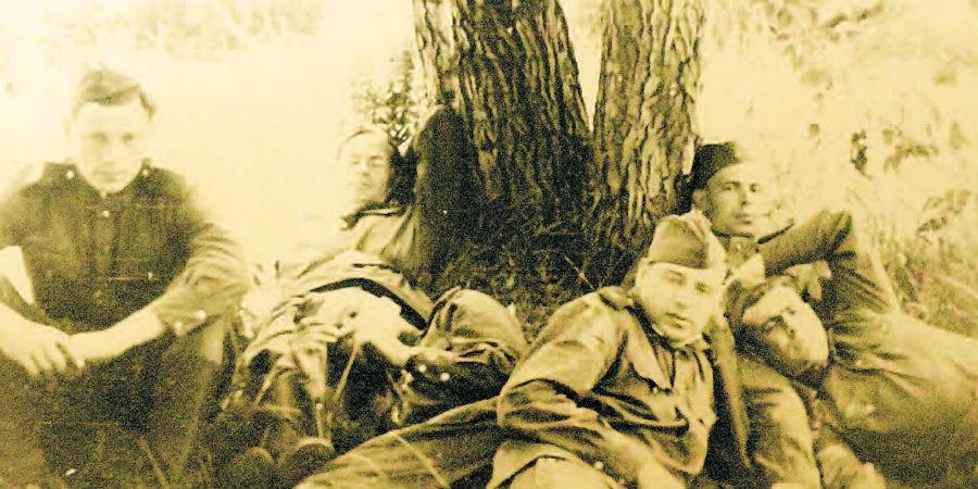 На войне. Владимир Гурский - третий справа.