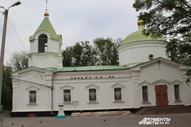 На территории кладбища работает церковь, которую посещают местные жители.