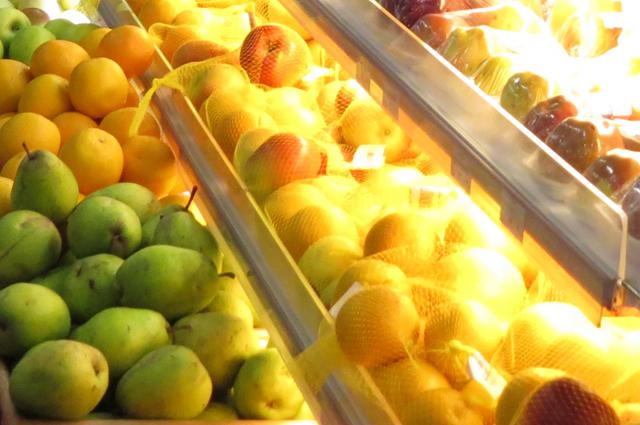 Осенью много свежих фруктов и овощей.