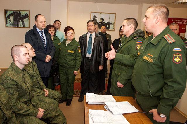 Антон Цветков общается с военнослужащими в ходе проверки сборного пункта военного комиссариата.