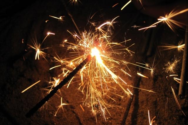 С бенгальскими огнями нужно быть осторожнее.