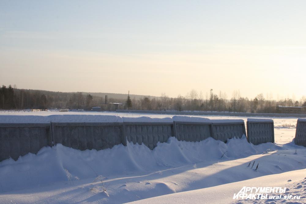 Сегодня на месте «замороженного» сурьмяного завода большой заснеженный пустырь.