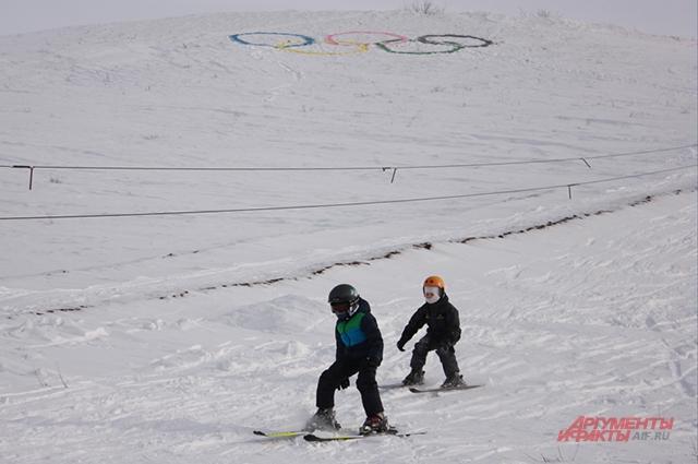 На верхушке горы сорочинцы нарисовали олимпийские кольца в поддержку России