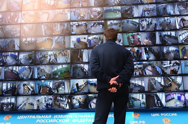 Трансляция голосования избирателей на выборах президента РФ с видеокамер, установленных на избирательных участках, в информационном центре Центральной избирательной комиссии РФ.