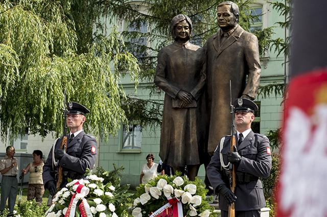 Памятник Леху и Марии Качиньским.