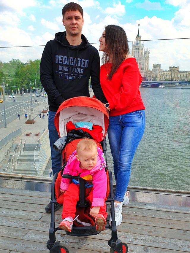 В отпуске семья лично знакомится с подписчиками из других городов.