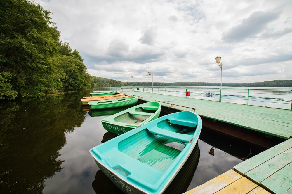 На озере действует прокат лодок и катамаранов.