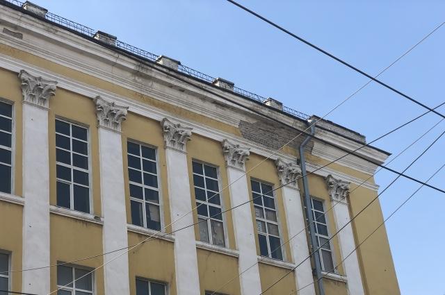 Зданию давно требуется ремонт. В некоторых местах с фасада отвалились большие куски штукатурки...