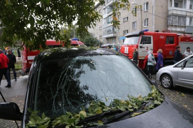Из-за врыва в доме полетали стекла, повредило пять припаркованных у многоэтажке автомобилей.