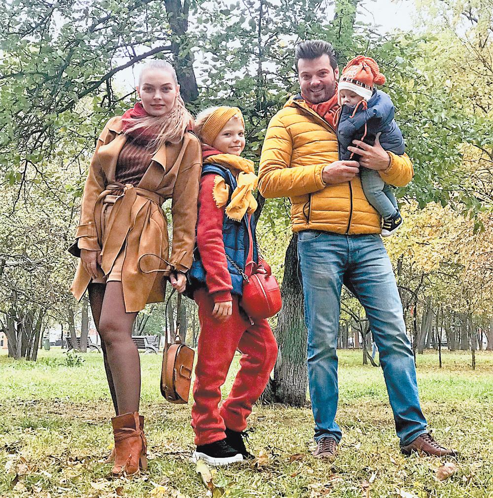 Максим Катырев сженой, артисткой театра оперетты Юлией Гончаровой, дочерью Елизаветой исыном Германом напрогулке впарке.
