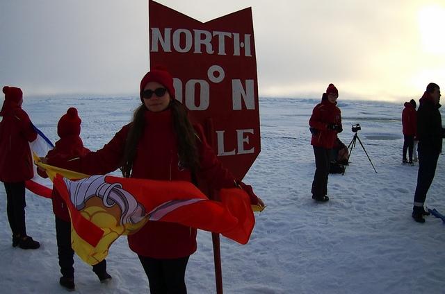 Аня привезла на Северный полюс флаг Воронежа.