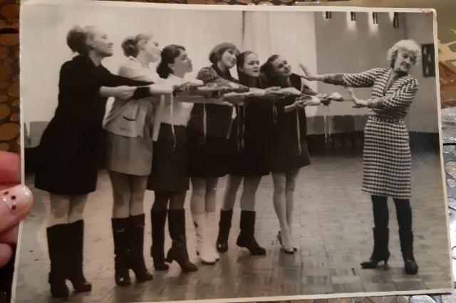 Таисия Рэй и её воспитанницы.
