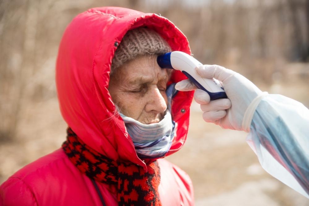 По мнению Евгения Косовских, властям стоит обратить внимание на бездомных - ведь они могут стать источником распространения болезни.