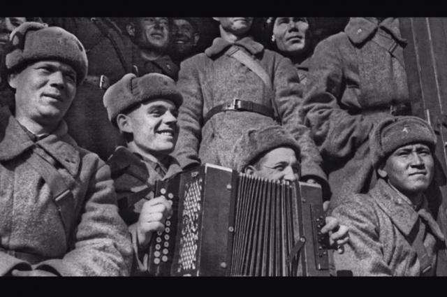 В песнях военных лет гамма самых разных чувств. Кадры из видеоурока.