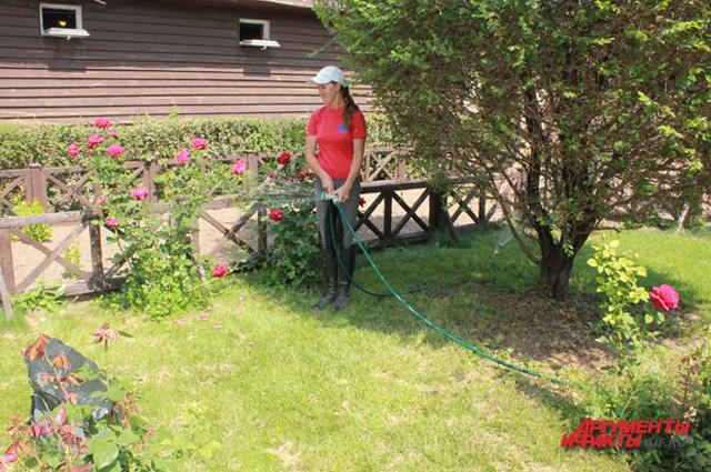 В свободные минуты Юлия любит поливать газон