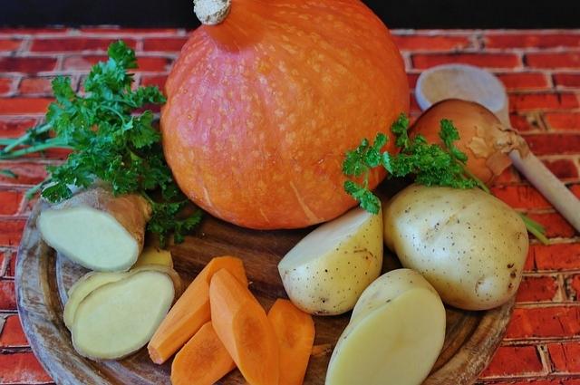 Запеченная с мясом и овощами тыква станет прекрасным украшением праздничного стола.