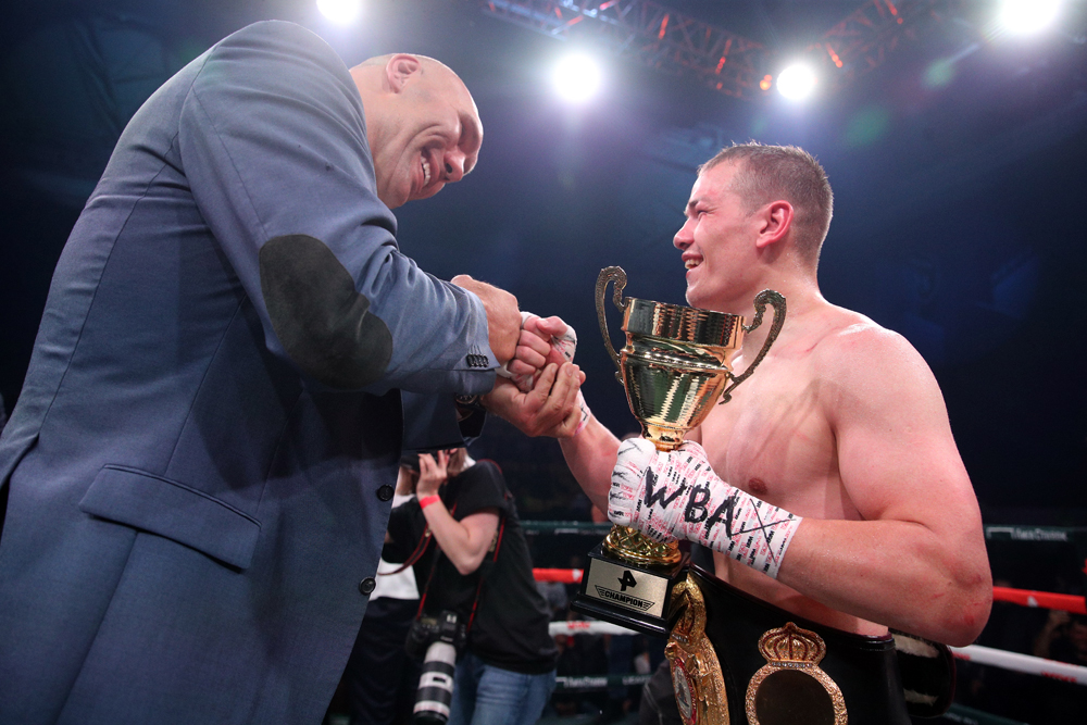 Николай Валуев поздравляет Фёдора Чудинова.