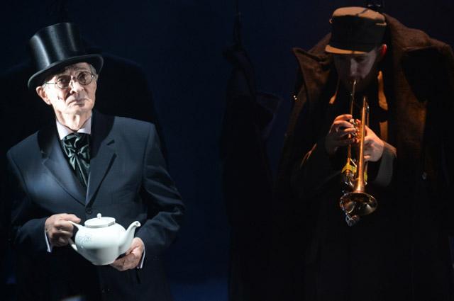 Игорь Ясулович (слева) в сцене из спектакля Война режиссера Владимира Панкова. 2014 год