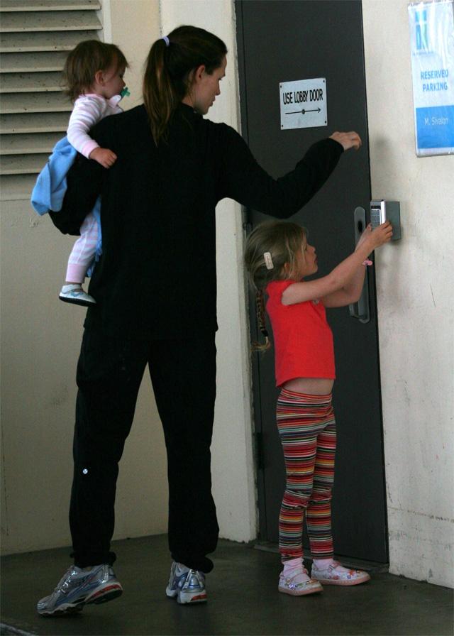 Дженнифер Гарнер с дочерьми Вайолет и Серафиной