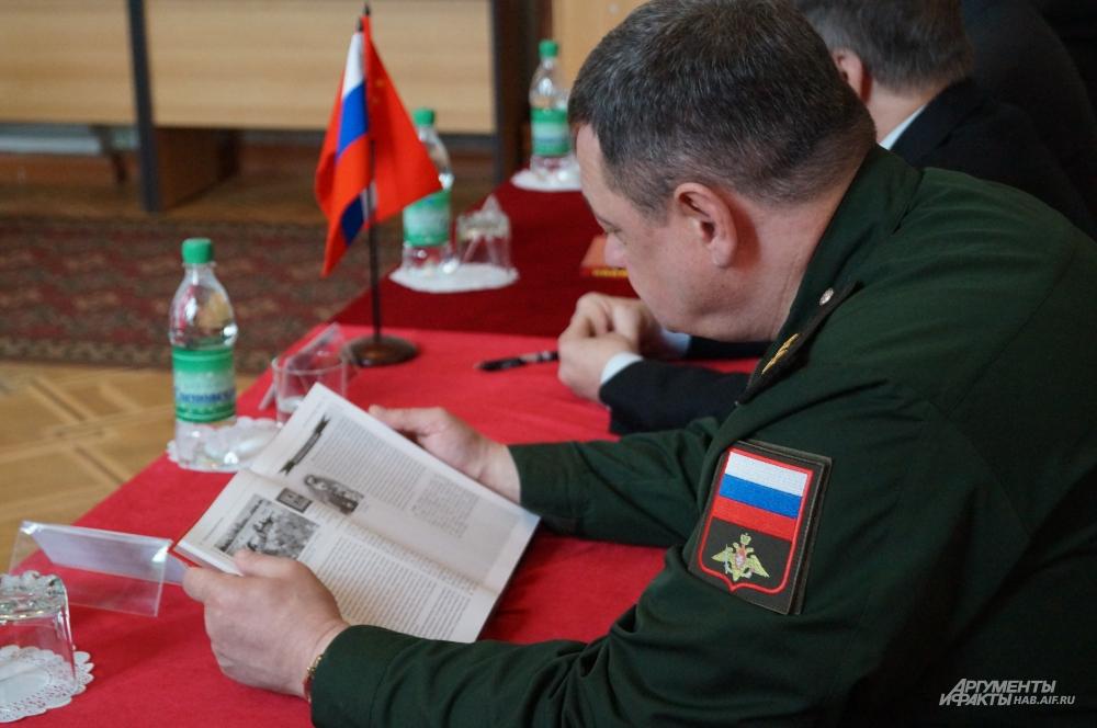 Владимир Цилько, заместитель командующего войсками ВВО, генерал-лейтенант, рассматривает книгу